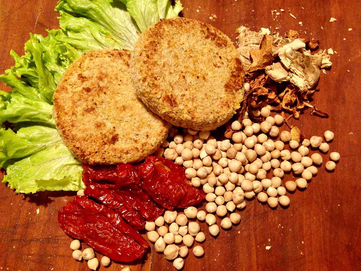Vegan burger di ceci con pomodori secchi e funghi