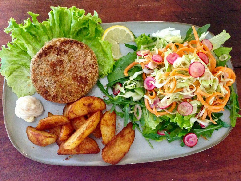 burger vegetale con insalata