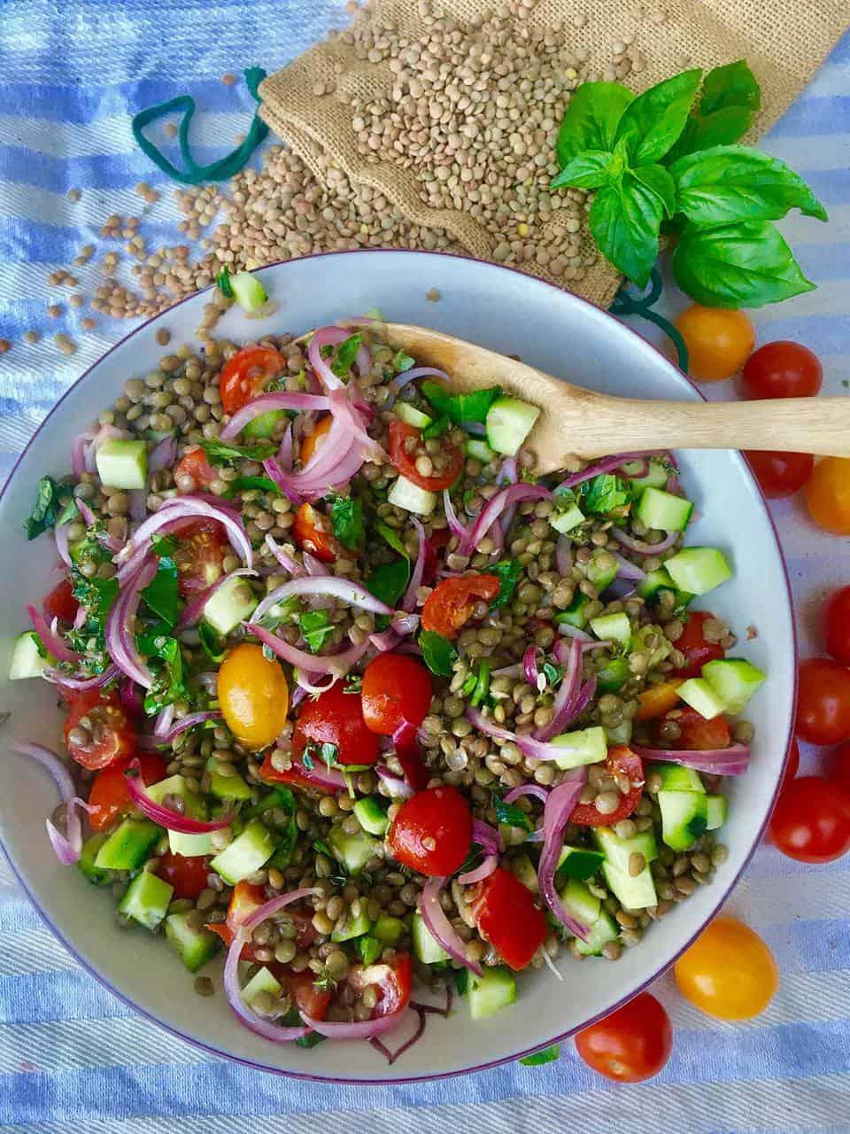 Insalata di lenticchie con verdure estive e dressing alla senape